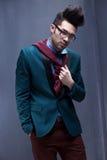 性感的时尚男性模型穿戴了典雅-偶然摆在 免版税图库摄影