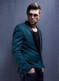 性感的时尚男性模型穿戴了典雅-偶然摆在 图库摄影