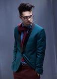 性感的时尚男性模型穿戴了典雅-偶然摆在 免版税库存照片
