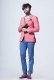 性感的时尚男性模型穿戴了典雅-偶然摆在对墙壁 免版税图库摄影