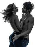 性感的时髦的夫妇恋人露胸部的恋人剪影 免版税库存图片