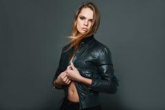 性感的模型佩带的皮夹克画象  库存照片