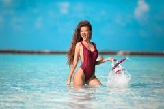 性感的模型海滩假期 愉快的乐趣女孩藏品废气管水肺面具身分在海洋水中 马尔代夫夏天 r 图库摄影
