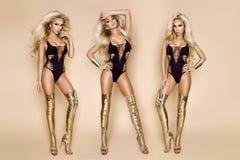 性感的比基尼泳装和惊人的金高跟鞋鞋子的端庄的妇女 图库摄影