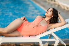 性感的比基尼泳装的美丽的女孩在水池 免版税库存照片