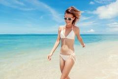 性感的比基尼泳装身体妇女嬉戏在有天堂热带的海滩 免版税图库摄影