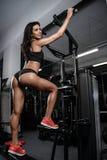 性感的深色的在锻炼以后的健身湿妇女在健身房 库存照片