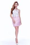 性感的深色的妇女皮包骨头的企业样式丝绸女衬衫裙子穿孔机 库存图片