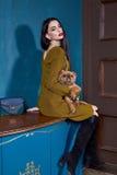 性感的深色的完善妇女皮包骨头的企业样式的礼服 免版税库存照片