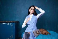 性感的深色的完善妇女皮包骨头的企业样式的礼服 免版税库存图片