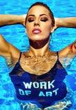 性感的热的美丽的在游泳衣的女孩白肤金发的模型 图库摄影
