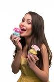 性感的爱吃甜品的胃口吃杯形蛋糕 免版税库存图片