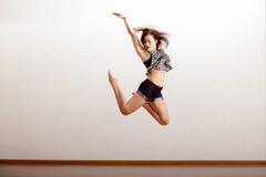 性感的爵士乐舞蹈家在天空中 免版税库存图片