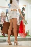性感的牛仔裤的美丽的妇女在商店短缺 库存照片
