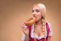 年轻性感的白肤金发的佩带的少女装 图库摄影