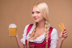 年轻性感的白肤金发的佩带的少女装 库存图片