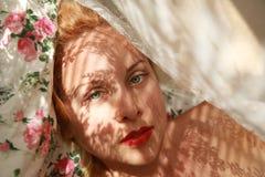 性感的白肤金发的女孩在床上 免版税库存照片
