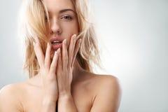 性感的白肤金发的女孩感人的面孔 免版税库存照片