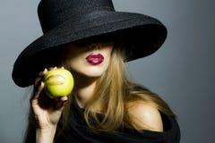 性感的白肤金发的女孩用苹果 图库摄影