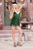 性感的白肤金发的妇女圣诞节矮子雪腿 免版税库存照片