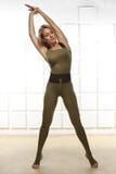 性感的白肤金发的完善的运动亭亭玉立的图瑜伽锻炼或fitnes 免版税库存图片
