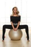 性感的白肤金发的完善的运动亭亭玉立的图瑜伽锻炼或fitnes 免版税库存照片