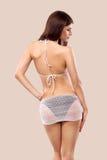 性感的白肤金发的摆在颜色背景的妇女佩带的游泳衣 理想的机体 比基尼泳装编目 图库摄影