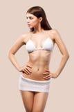 性感的白肤金发的摆在颜色背景的妇女佩带的游泳衣 理想的机体 比基尼泳装编目 库存照片