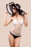 性感的白肤金发的摆在颜色背景的妇女佩带的游泳衣 理想的机体 比基尼泳装编目 免版税库存图片