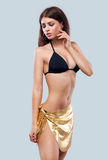 性感的白肤金发的摆在颜色背景的妇女佩带的游泳衣 理想的机体 比基尼泳装编目 免版税库存照片