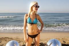 性感的白肤金发的海滩妇女 免版税图库摄影