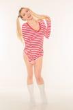 性感的白肤金发的红色和白色衬衣内裤短缺 库存图片