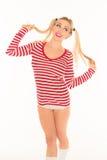 性感的白肤金发的红色和白色衬衣内裤短缺 免版税库存照片