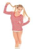 性感的白肤金发的红色和白色衬衣内裤短缺 免版税库存图片