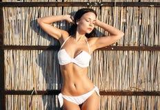 性感的白色比基尼泳装的美丽的妇女 库存照片