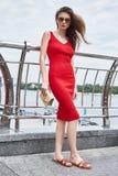 性感的皮包骨头妇女美好的年轻深色的成功穿戴的时尚 免版税库存图片