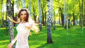 性感的礼服跳舞的俏丽的妇女在阳光下在桦树树丛里 股票录像