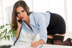 性感的秘书Phoning 免版税库存图片