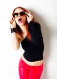 性感的红发妇女,摆在工作室的通配态度 免版税库存图片