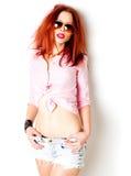 性感的红发妇女,摆在工作室的通配态度 库存照片