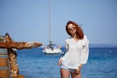 性感的红头发人女孩在度假在克罗地亚 免版税图库摄影