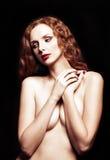 性感的红头发人女孩剧烈的减速火箭的画象  免版税图库摄影
