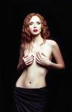 性感的红头发人女孩剧烈的演播室画象  库存图片