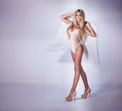 性感的美丽的女孩喜欢天使 免版税库存照片