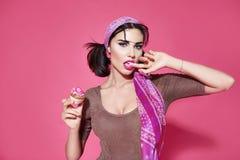 性感的美丽的妇女甜蛋糕构成饮食食物 免版税库存图片