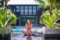 性感的美丽的妇女生活方式明亮的夏天画象有好的身体的,放松在水池她的假期 库存照片