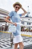 性感的美好的时装模特儿深色的妇女夏天心情偶然c 免版税库存照片