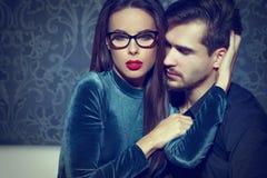 性感的聪明的确信的妇女诱惑年轻富人,使用与f 库存图片
