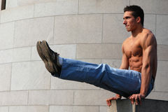 性感的肌肉体操运动员 免版税库存图片