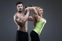 性感的运动器具夫妇 免版税库存图片